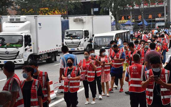 8月15日,新发地复市首日,商户在大农门外排队进场。摄影/新京报记者 吴宁