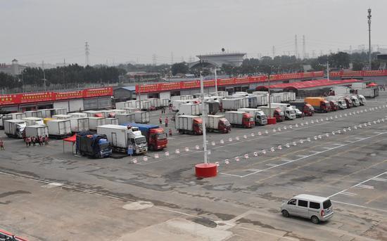 分区管理后,卖家车辆全部停在经销区内,买家车辆则停在另一边的采购区内。摄影/新京报记者 吴宁