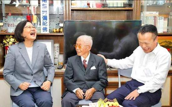 台107岁老翁声称:若大陆打来 我要拿拐杖跟他们拼图片