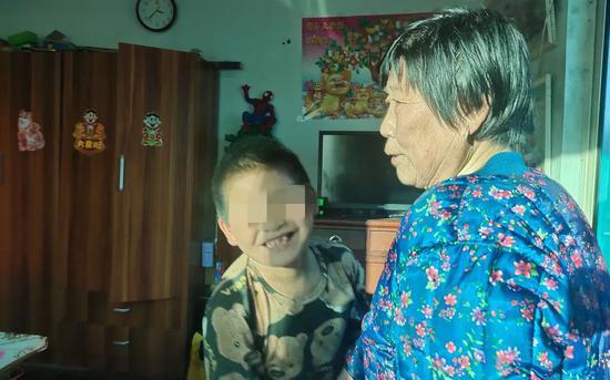 """母亲吸毒被刑拘,他被""""临时""""奶奶收养6年多"""