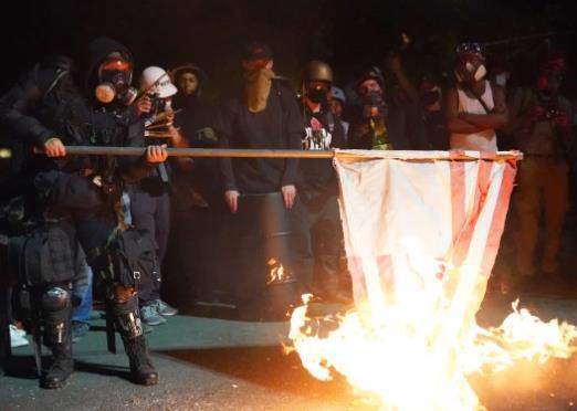 美国波特兰抗议持续:示威者在法院前焚烧国旗和圣经