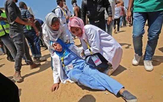 纳吉尔和同事在救助伤者
