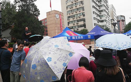 人大附中考点家长等候考生。澎湃新闻记者 廖瑾 图