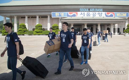 3日上午,赴朝参赛的韩方队员在首尔机场乘机