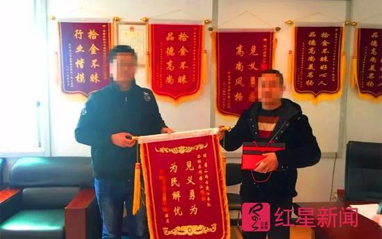 ▲曾经见义勇为、被送锦旗的江某某(右) 警方供图