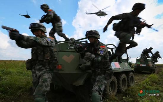 ▲参加联合军演的中方地面突击队快速抢占有利地形。