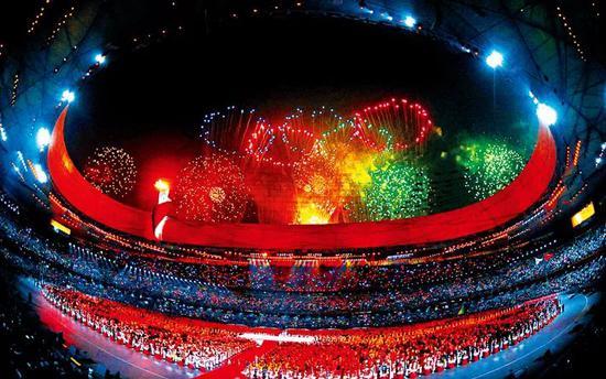 奥运会是当今世界规模最大的体育盛会,也是全人类共叙友情、共享和平的节日庆典。图为北京奥运会开幕式,国家体育场(鸟巢)上空绽放五环烟花。