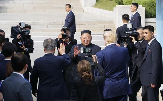 當地時間6月30日,朝美領導人板門店會晤結束,金正恩回到朝鮮一側。