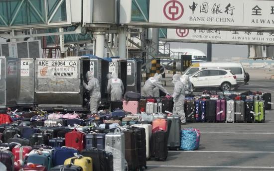 天津机场事情职员将消杀后的行李同一送到指定所在,供搭客领取。天津市卫健委供图