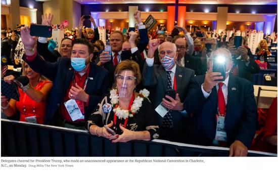当地时间8月24日,共和党党代表们为特朗普欢呼。/《纽约时报》网站截图