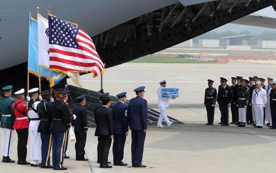 ▲7月27日,装载美军遗骸的运输机抵达韩国京畿道平泽市驻韩美军乌山基地。