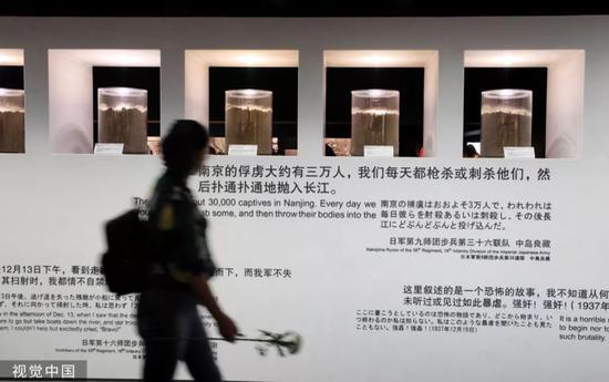 市平易近旅客正在侵华日军北京年夜搏斗罹难同胞留念馆观光。(图/视觉中国)