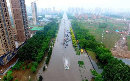 △6月11日,辽宁沈阳突降暴雨道路积水。