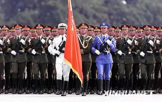 图为1999年10月1日,中国人民解放军三军仪仗队参加阅兵分列式检阅。新华社记者 戚恒 摄