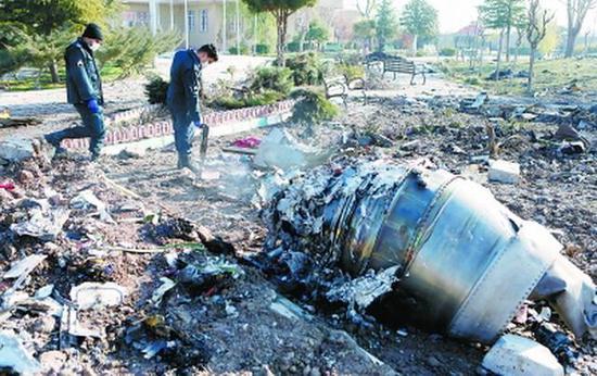 1月8日,在伊朗德黑兰郊外坠机现场拍摄的乌克兰国际航空公司客机残骸。新华社/美联
