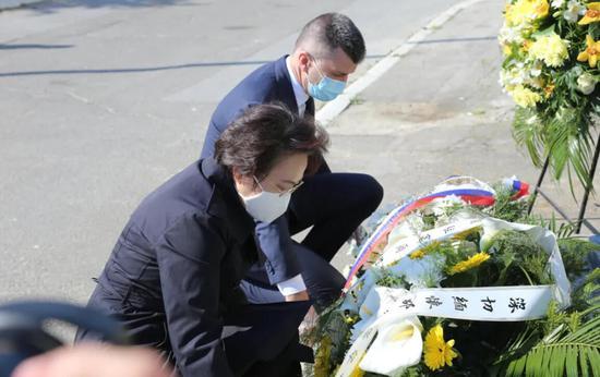 中国驻塞尔维亚使馆纪念驻南联盟使馆遭轰炸21周年图片