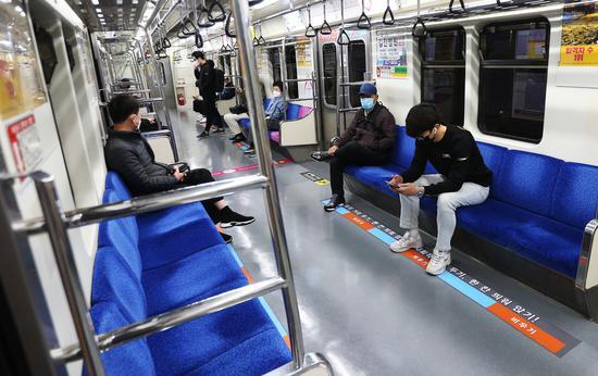 资料图:韩国大邱市民戴口罩乘地铁(《庆北日报》)
