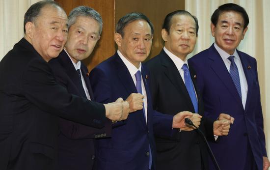 从左至右分别为山口泰明、佐藤勉、菅义伟、二阶俊博和下村博文(时事通信社)