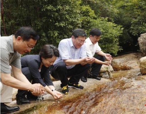 省委书记考察生态环境保护 野外连喝三口山水(图)
