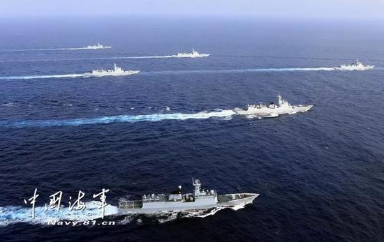 """▲海上""""带刀护卫"""",新型导弹驱逐舰驰骋在西太平洋。记者张雷 摄"""
