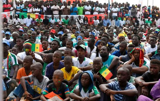 聚集在塞内加尔首都达喀尔街头广场看球的塞内加尔球迷。