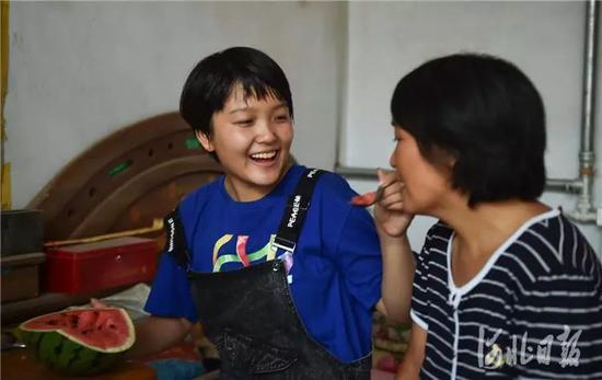 8月1日,枣强县新村,王心仪和妈妈在一起。