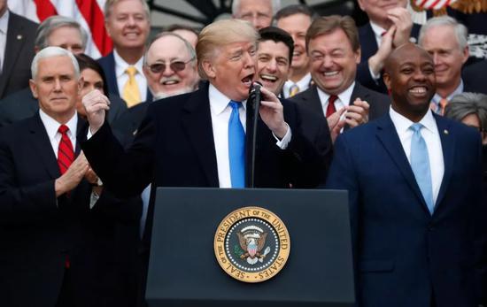 ▲資料圖片:2017年12月20日,美國總統川普與國會共和黨員一起慶祝國會通過全面稅收改革立法。(路透社)