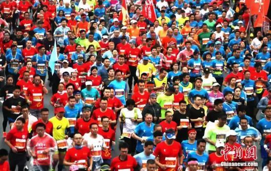 马拉松赛事参与者多多,给管理增增了不幼的难度。 刘占昆 摄