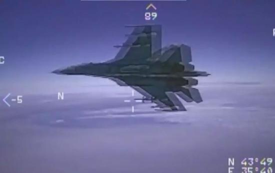 ▲資料圖片:美軍偵察機拍攝的俄軍蘇-27戰機高速飛掠瞬間