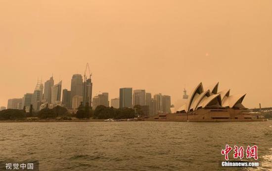 资料图:澳大利亚悉尼,新南威尔士州大火持续蔓延,悉尼上空烟雾弥漫。