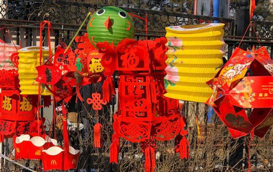 温暖!北京防控志愿者自制花灯扮美社区图片