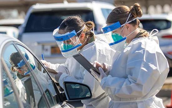 美国国民警卫队在街头协助检测。/The National Guard