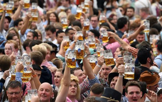 2019年9月21日,在德国慕尼黑,人们参加慕尼黑啤酒节。新华社/路透