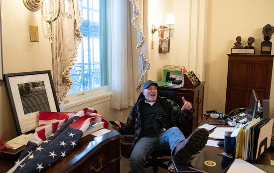 示威者冲进佩洛西办公室,坐她椅子上摆拍