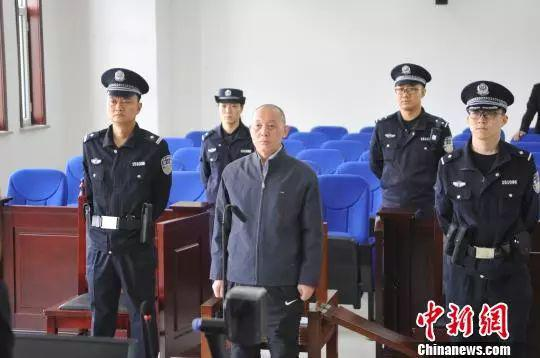 赵锦(中)受审
