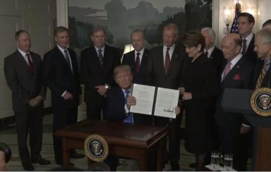 美国总统特朗普在白宫正式签署对华贸易备忘录
