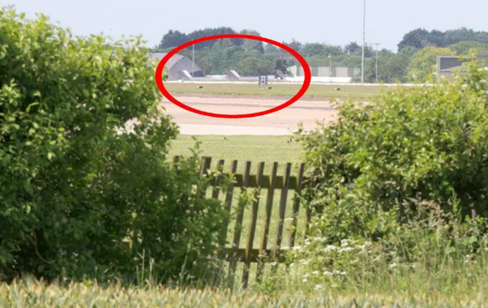"</div> <p>  &nbsp;英国购买的4架F-35型""闪电""式隐形战机抵达英国诺福克郡空军基地。不过,价值将近1亿英镑(约合8.5亿元人民币)的F-35战机,仅由高度为1.5米的木栅栏防护着。</p> <p>  据今日俄罗斯报道,4架F-35战机于6日抵达英国空军基地后备受关注,有媒体曝出它们的安全受到质疑,因其停放的跑道尽头是一圈高度较低的木栅栏,而且有人将这个栅栏的位置发到了网上,所以任何人想精确定位这几架战机非常容易。</p> <div class="