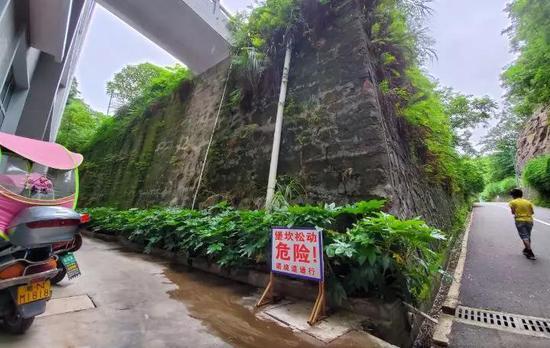 ▲新晃一中通往跑道的路旁设置了危险提示牌,新京报记者 李云蝶 摄