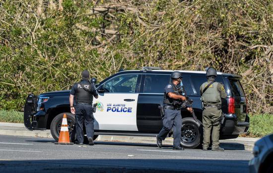 美国男子躲在草丛伏击警察被大批警力包抄 当场毙命