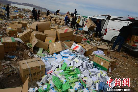 资料图:过期药品堆放在垃圾场,即将销毁。 刘文华 摄