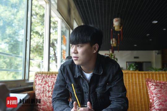 2018年,陈浩望着窗外,回忆着过去。
