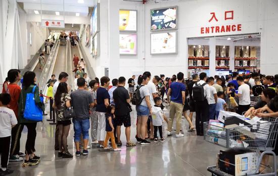 好国超市巨子开市客(Costco)上海停业人气爆棚 中新社记者 汤彦俊 摄