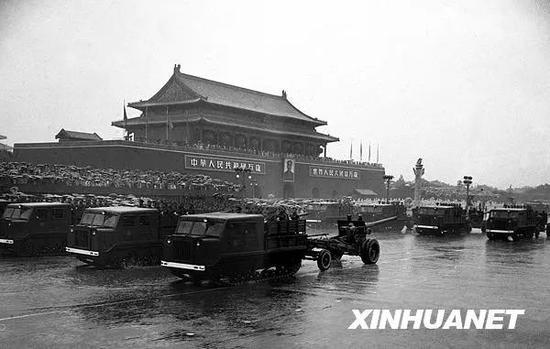 图为中国人民解放军炮兵部队在大雨中通过天安门广场。新华社记者 牛畏予 摄