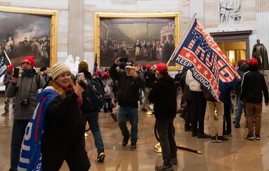 参与国会骚乱的美国女子请求保释去度假 法官同意了