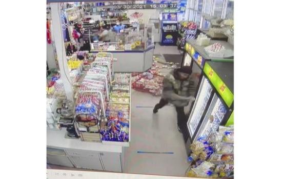 美国男子手持棍棒袭击亚裔便利店 大喊种族歧视言论