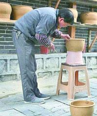 花茂村村民母先才在制作土陶。光明日报见习记者黄小异摄/光明图片