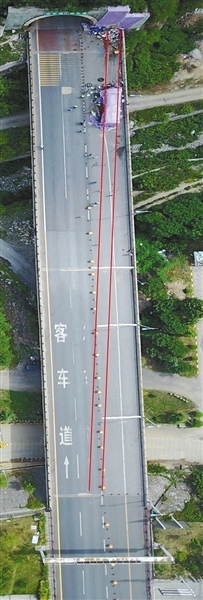 事发路段航拍图。调查认定,加速车道与货车道间分界线比规定少25厘米,影响司机视认。调查报告截图
