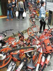 成都红星路二段,共享单车杂乱停放路边。