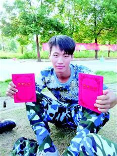 图为:杨高飞去年九月军训时留影