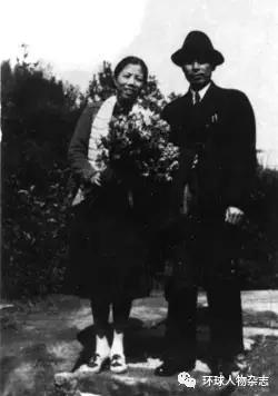 1940年8月8日,周恩来和邓颖超结婚15周年合影。